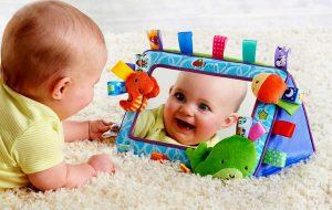 Bebé jugando con espejo