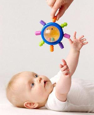 Bebé siguiendo objeto